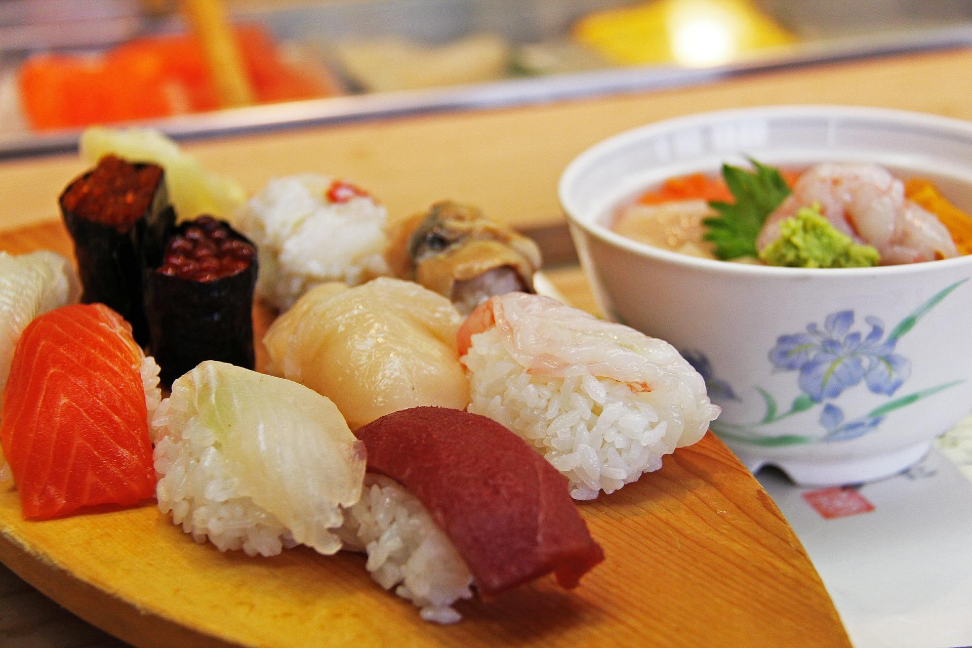 寿司に囲まれてバイトをする